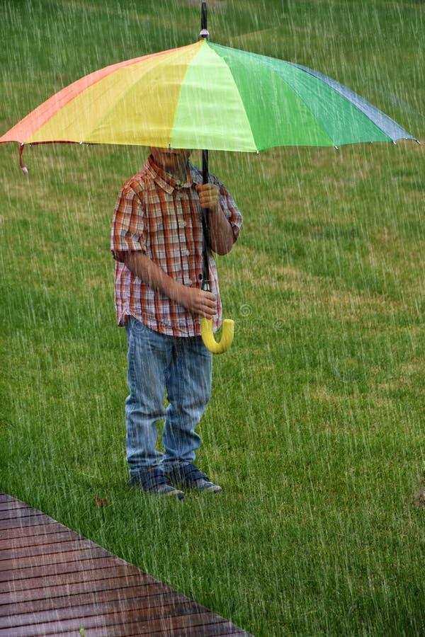 зонтик мальчика вниз стоковые изображения rf