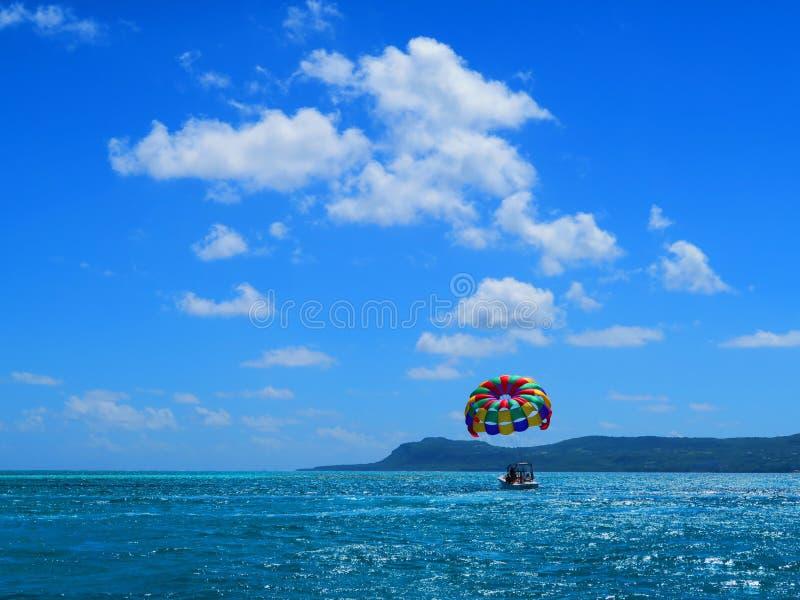 Зонтик отбуксировки на море стоковое изображение rf