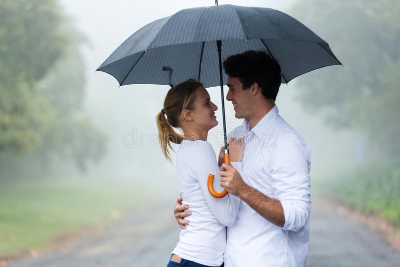 Зонтик парня женщины стоковые фото