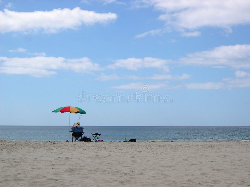 Download зонтик пляжа стоковое изображение. изображение насчитывающей прибой - 78269