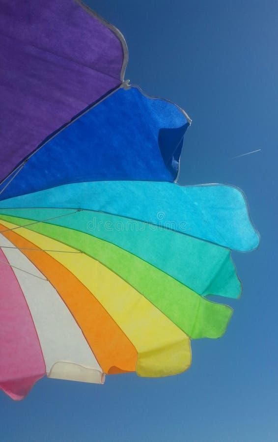 зонтик пляжа цветастый стоковое изображение rf