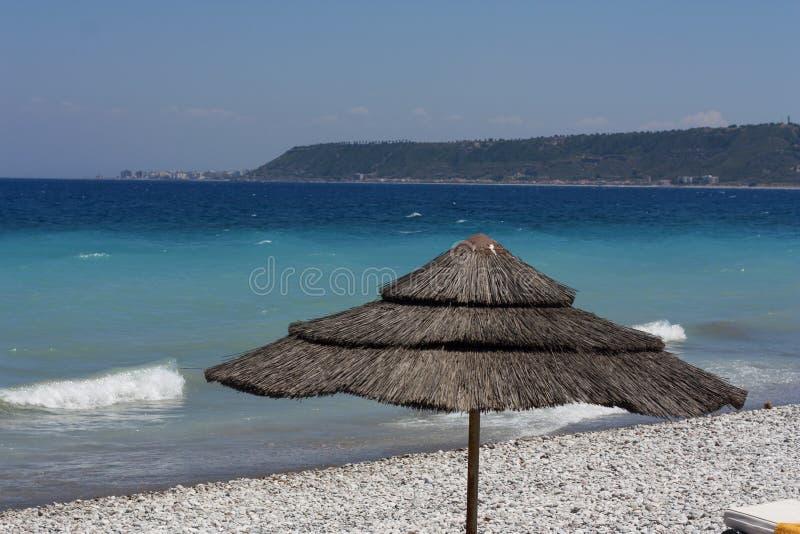 Зонтик соломы на красивом тропическом пляже. стоковые фото