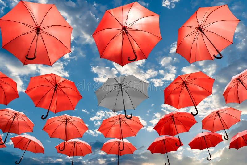 Зонтик стоя вне от депрессии психических здоровий концепции толпы уникально стоковое фото