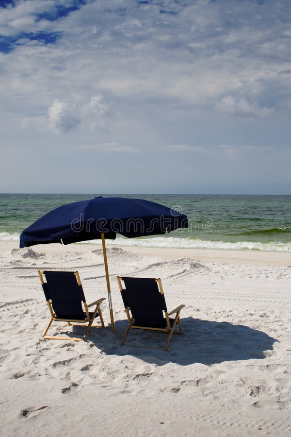 зонтик стулов пляжа стоковая фотография rf