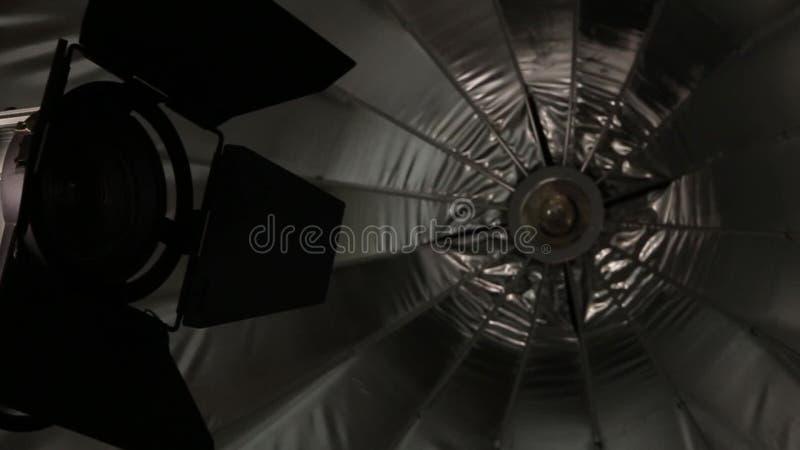 зонтик студии освещения вспышки оборудования 3d Вспышка и зонтик 3d видеоматериал