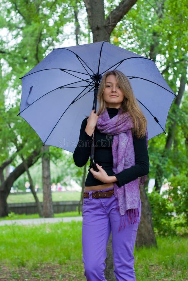 зонтик шарфа девушки стоковая фотография