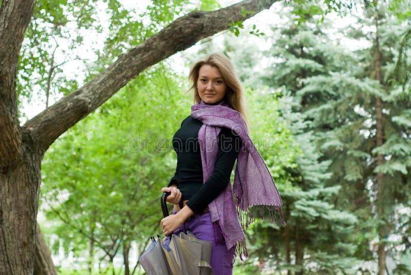 зонтик шарфа девушки стоковое изображение