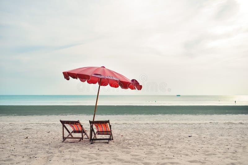 Зонтик шезлонга и пляжа на пляже стоковые фотографии rf