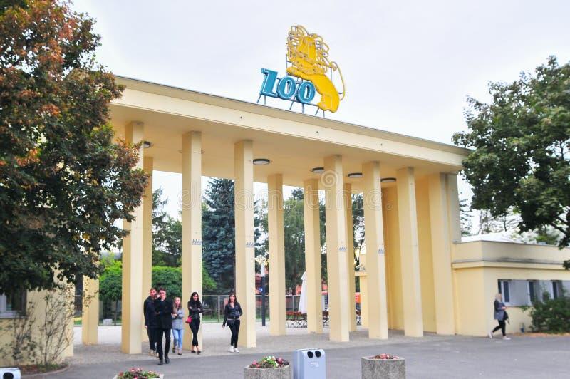 ЗООПАРК Wroclaw, парадные ворота с логотипом стоковые фото