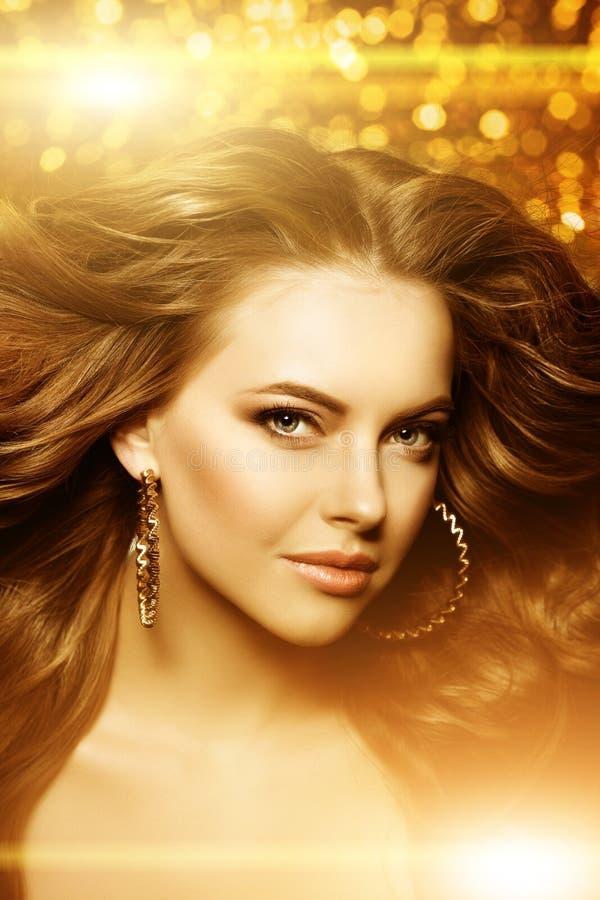 Золотая красивая женщина моды, модель с сияющим здоровым длинным v стоковое фото