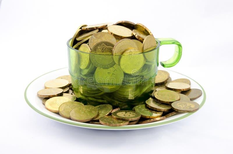 Золотая монетка в чашке стоковые фотографии rf