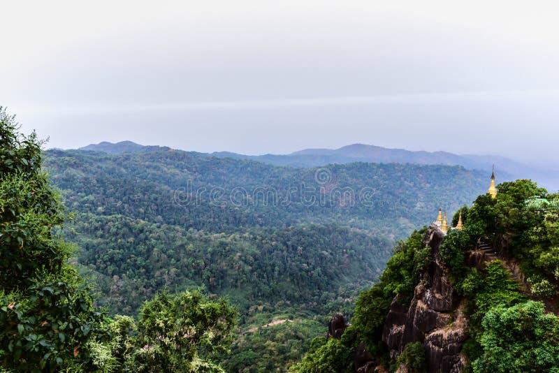 Золотая пагода вверху гора с взглядом джунглей стоковые фото