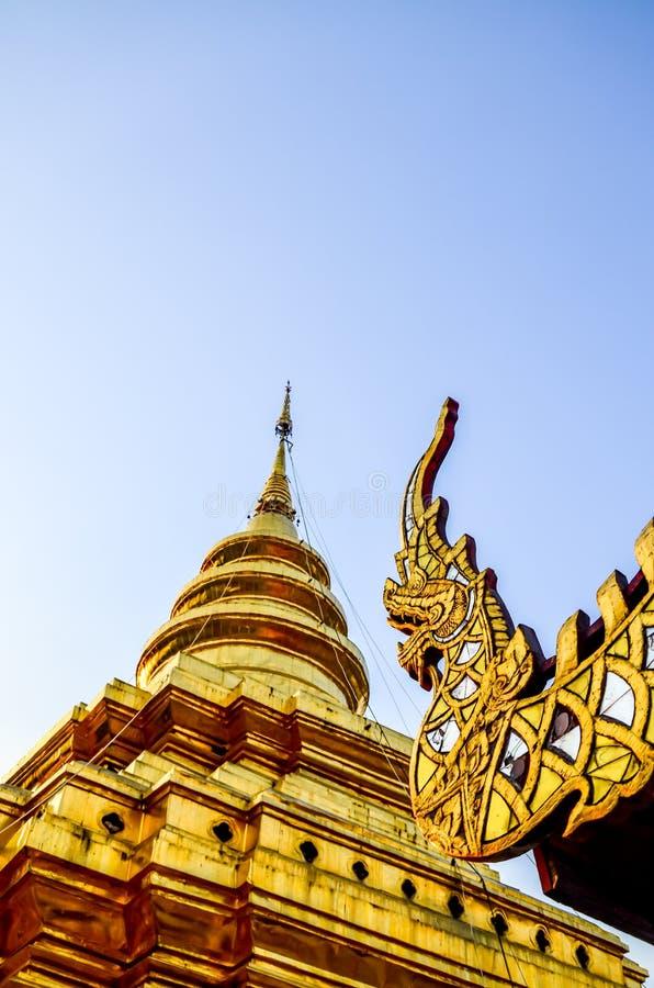 Золотая пагода в вечере Пагода Jomthong в Wat (Te стоковые фото
