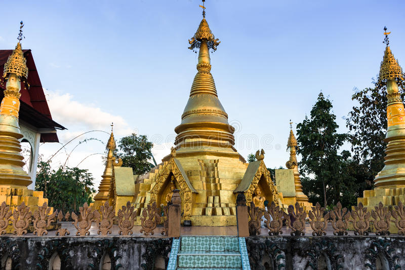 Золотая пагода в вечере стоковое изображение