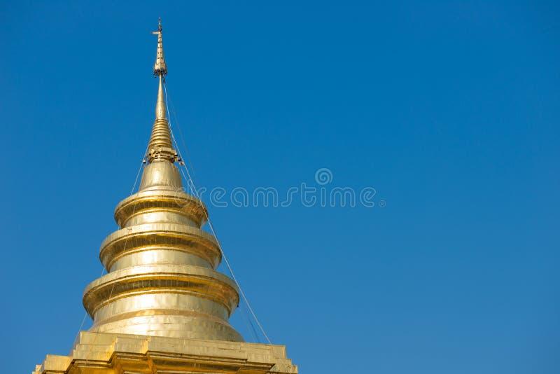 Золотая пагода в Таиланде и голубом небе стоковая фотография