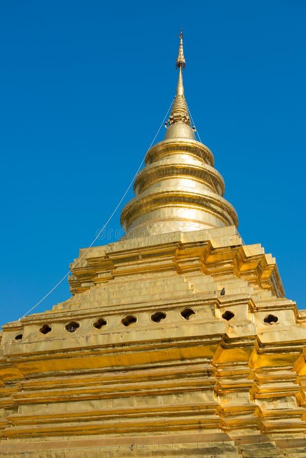Золотая пагода в Таиланде против голубого неба стоковое фото rf