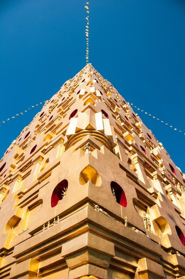 Золотая пагода с голубым небом на Таиланде стоковая фотография rf