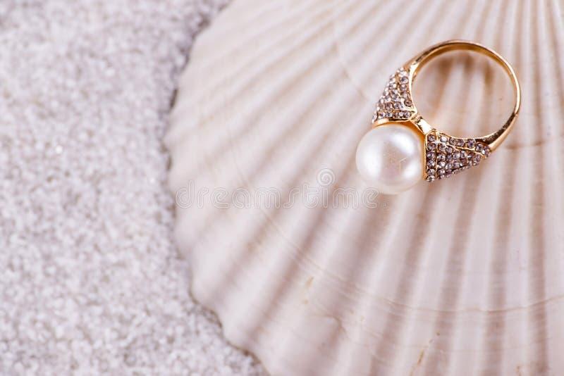 Золотая раковина кольца и моря стоковое фото rf