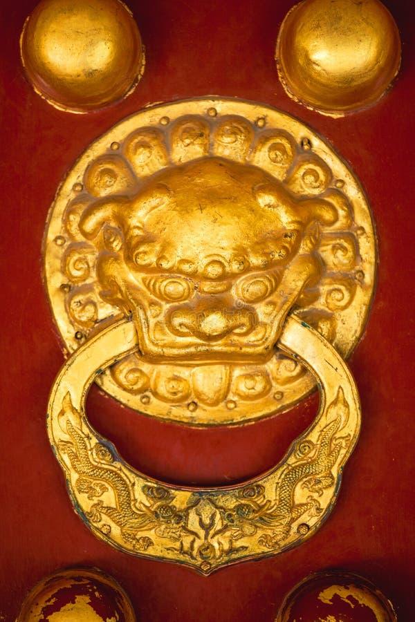 Золотая ручка двери головы дракона с китайскими орнаментами стоковая фотография rf