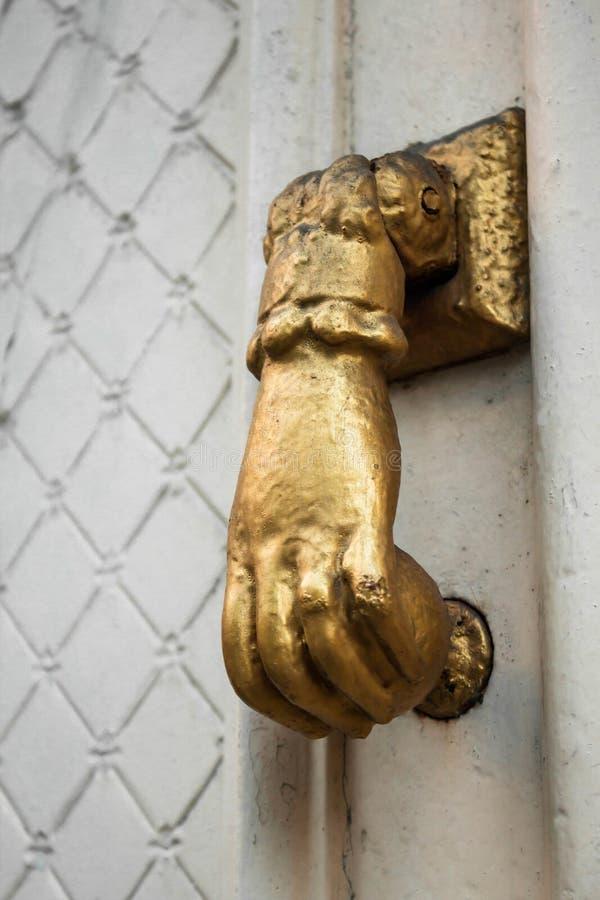 Золотая старая ручка двери стоковое фото