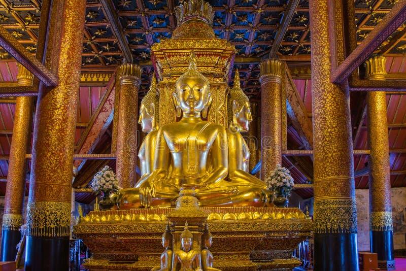 Золотая статуя Будды в церков Wat Phumin стоковая фотография