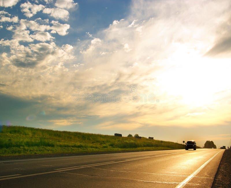 Золотая тележка нерезкости трассы дороги стоковые фото
