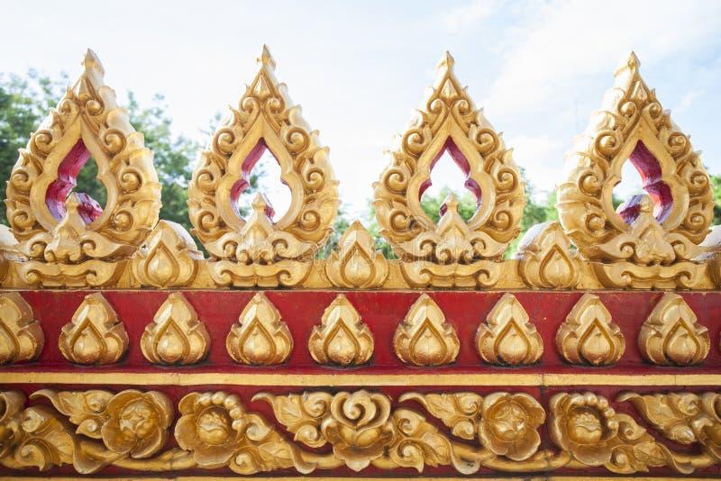 Золотая церковь лотоса огораживает висок стоковые фотографии rf
