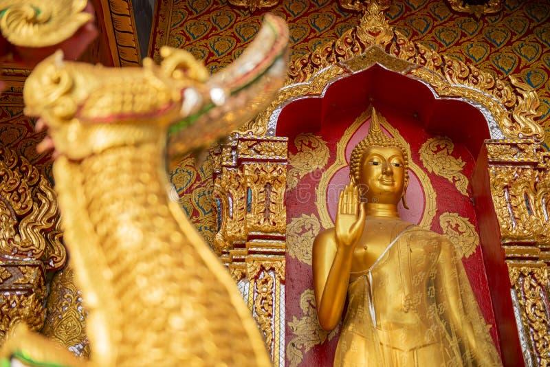 Золотистая статуя Будды в виске стоковое изображение rf