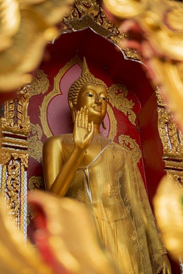 Золотистая статуя Будды в виске стоковое фото