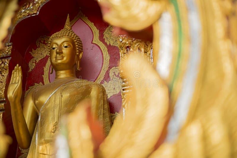 Золотистая статуя Будды в виске стоковая фотография