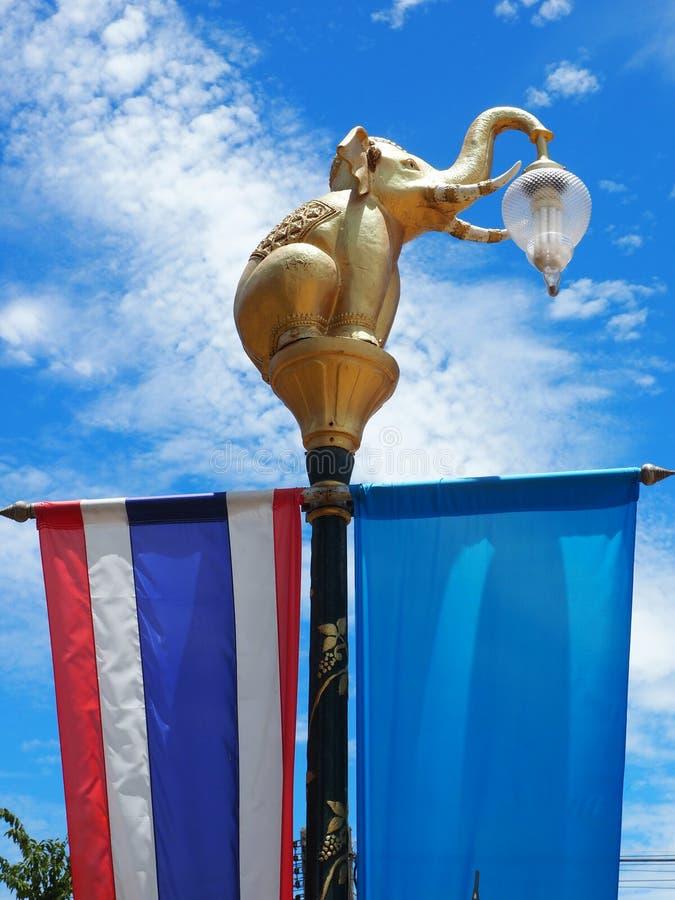 Золотистый столб светильника слона стоковое изображение