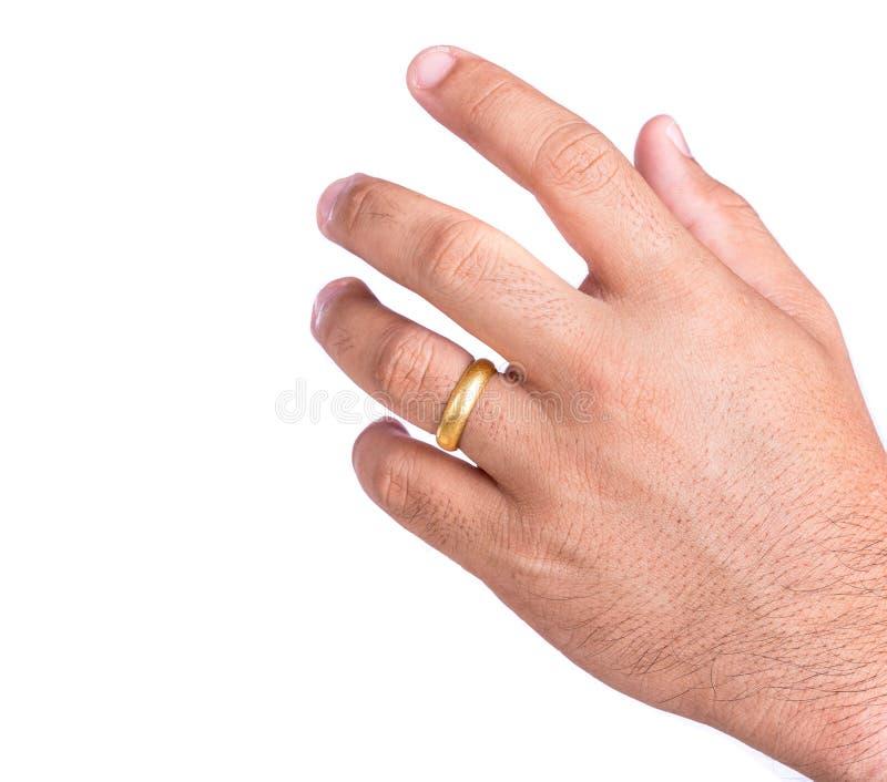 Золотое кольцо на пальце изолированном на белой предпосылке стоковое фото