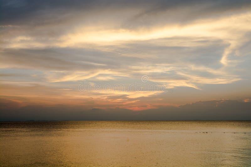Золотое небо над морем стоковые изображения rf