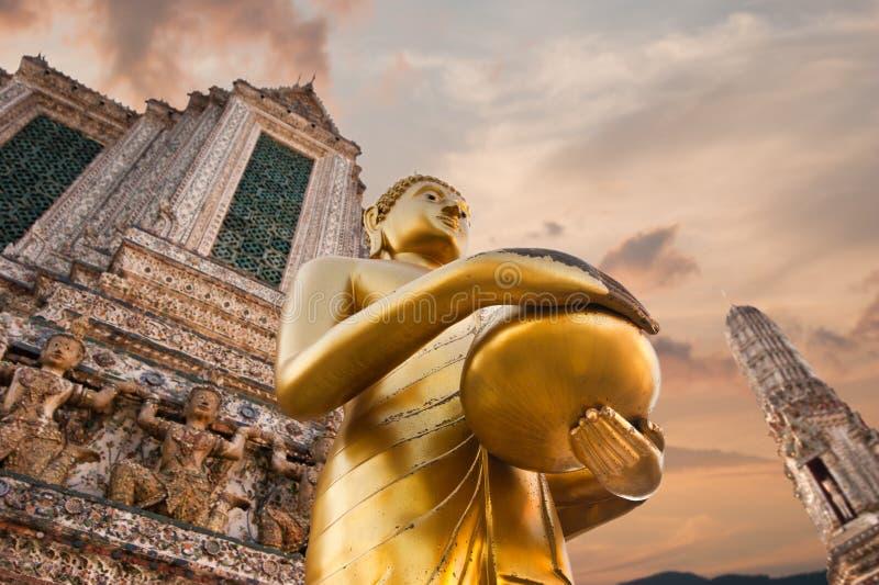 Золотой Будда в Wat Arun или Temple of Dawn Таиланд стоковое изображение rf