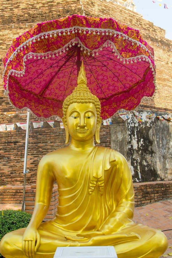 Золотой Будда с зонтиком tiered на старом bac пагоды стоковое фото rf