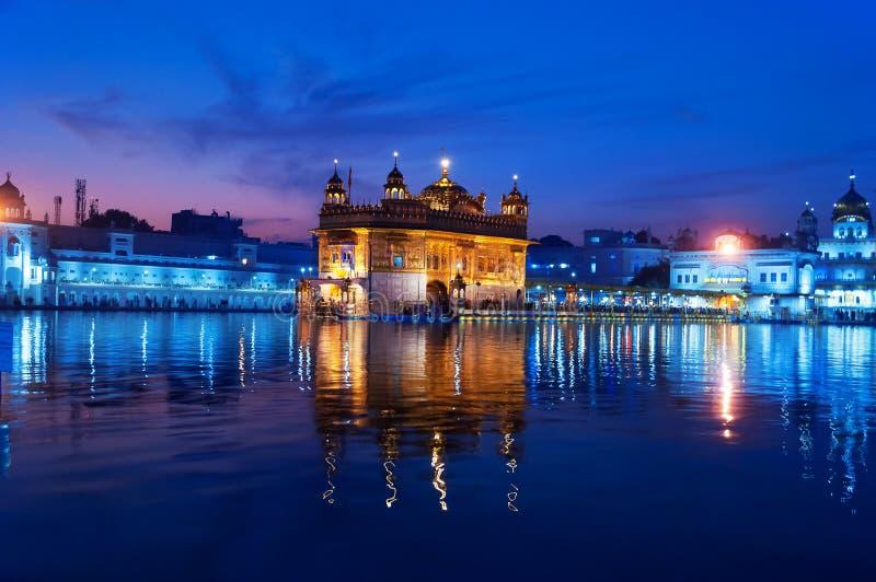 Золотой висок в вечере amt Индия стоковые фото