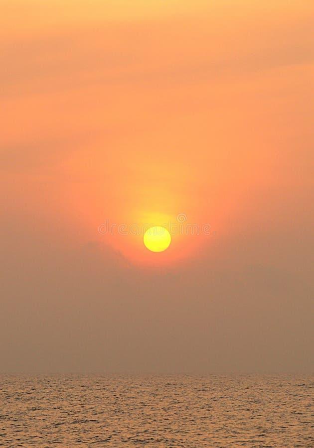 Золотой восход солнца над бесконечным океаном стоковая фотография rf