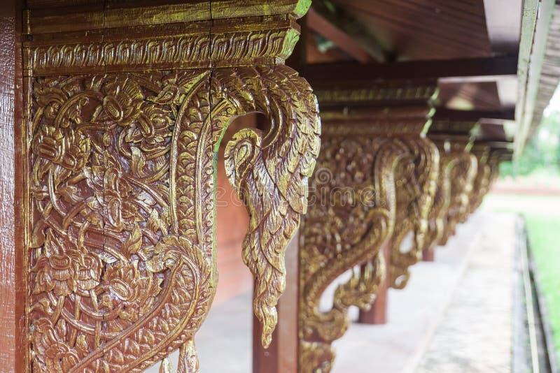 Золотой деревянный высекая подстенок в виске стоковые фотографии rf