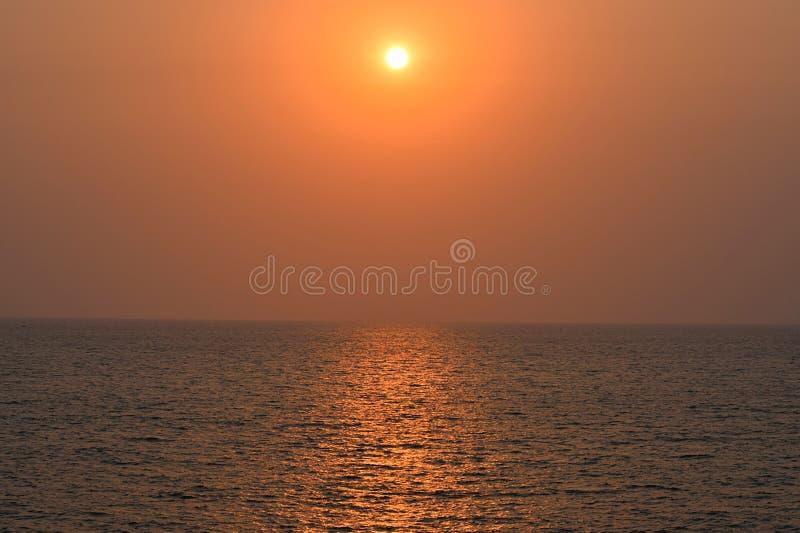 Золотой заход солнца над бесконечным океаном стоковые изображения rf