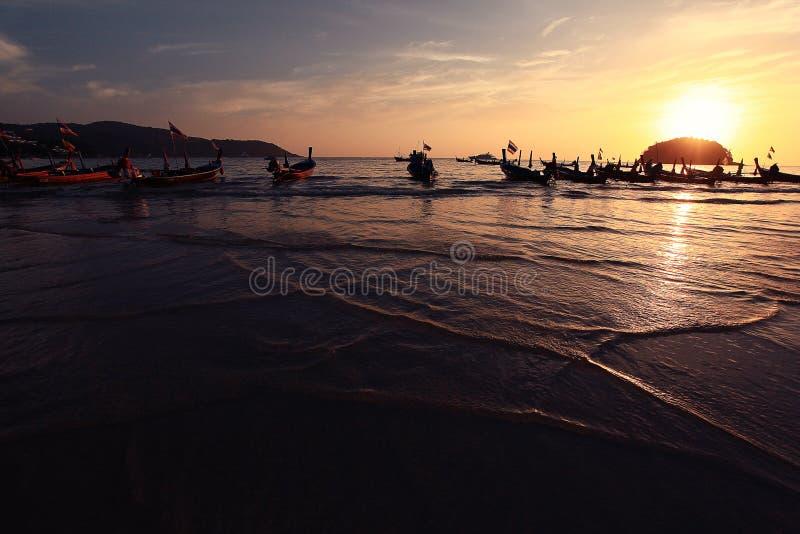 Золотой заход солнца на море стоковые фото