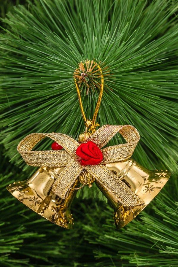 Download Золотой колокол рождества на елевой ветви Стоковое Изображение - изображение насчитывающей золото, конструкция: 81807301