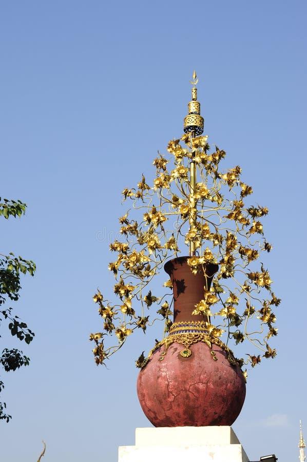 Золотой металлический цветок в керамическом баке стоковое изображение rf