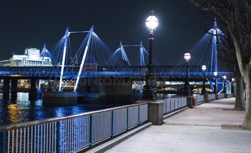 Золотой мост Лондон юбилея загоренным красочным ночи стоковая фотография rf