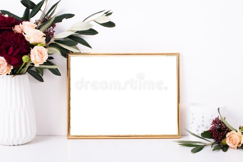 Золотой модель-макет рамки на белой стене стоковые фото