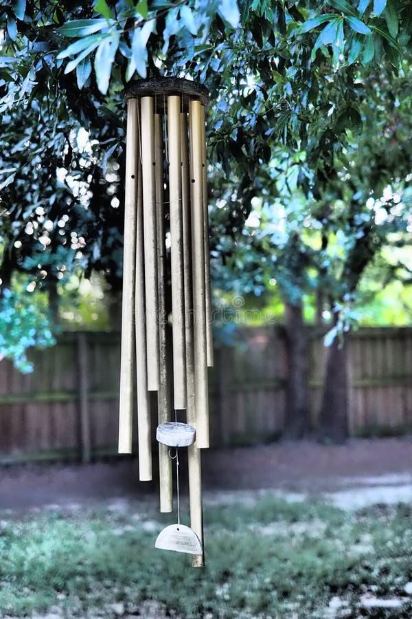 Золотой перезвон ветра стоковая фотография rf