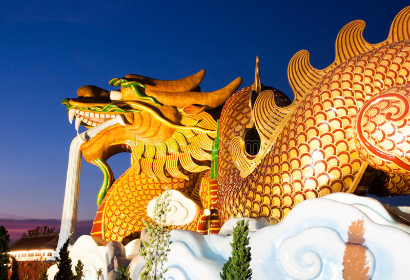 Золотой дракон на небе стоковое изображение rf