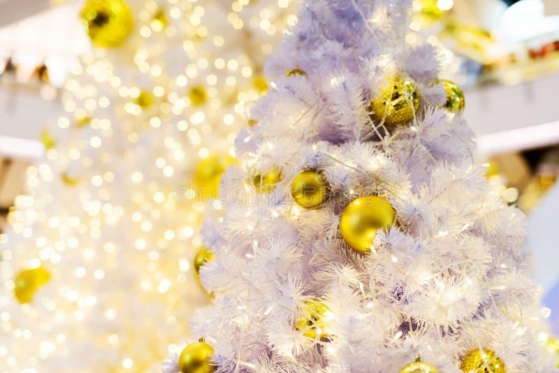 золотой шарик на белой рождественской елке стоковое фото rf