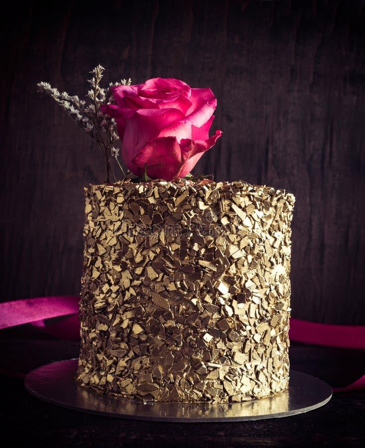 Золотой шоколадный торт стоковые изображения rf