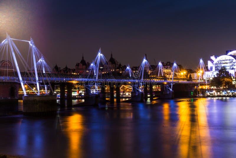 Золотой юбилей наводит отражать в Темзе на ноче стоковая фотография