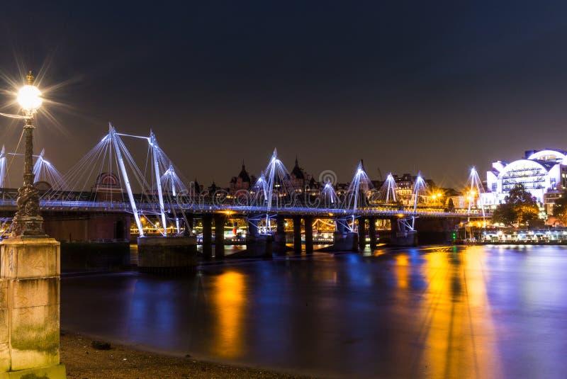 Золотой юбилей наводит отражать в Темзе на ноче стоковое изображение